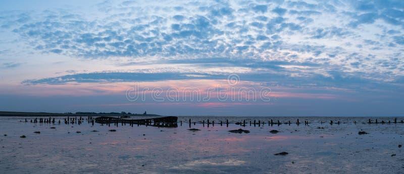 Barco arruinado viejo con panorama de la puesta del sol foto de archivo libre de regalías