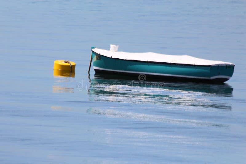 Barco atado a la boya imagen de archivo