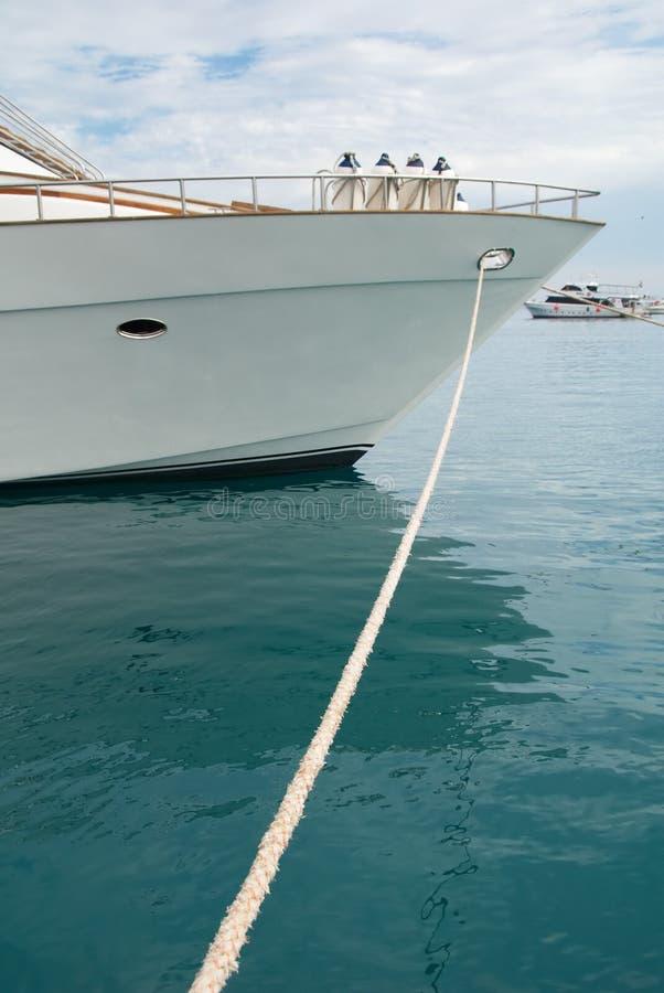 Barco atracado cerca del embarcadero fotos de archivo
