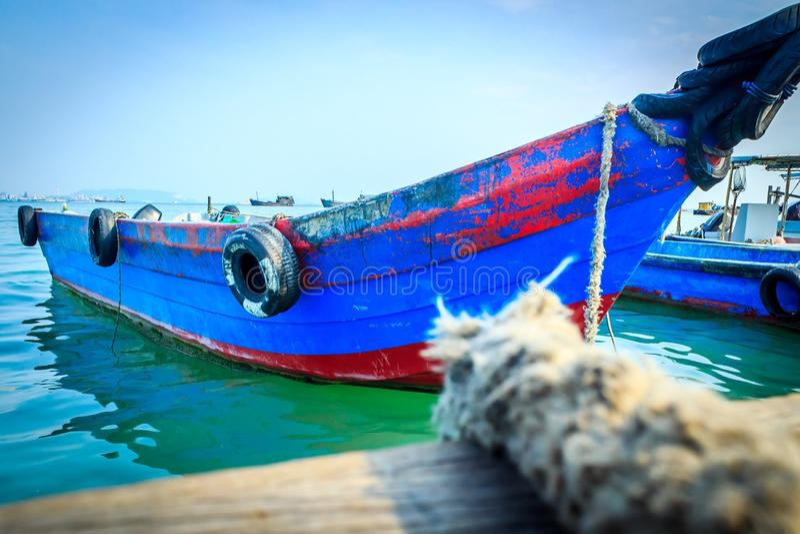 Barco azul imagenes de archivo