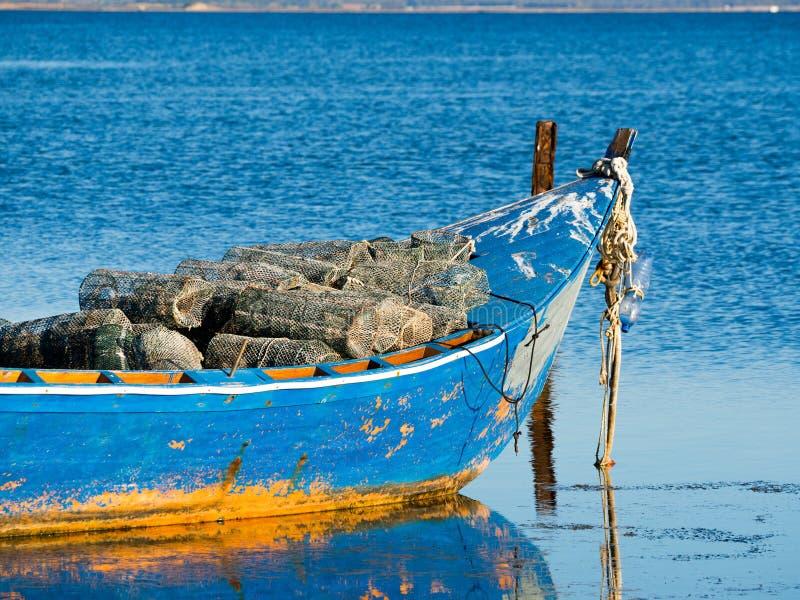 Barco azul e alaranjado velho do pescador com armadilha dos peixes foto de stock royalty free