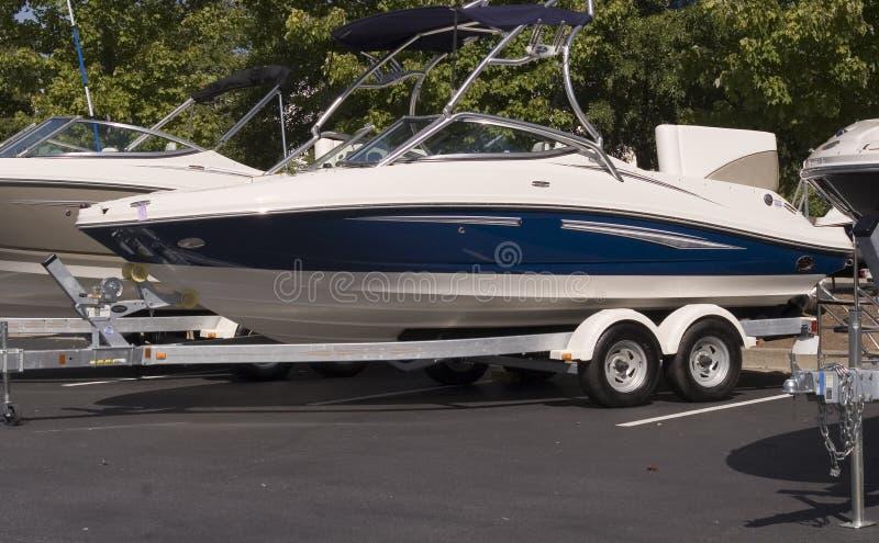 Barco azul e branco no reboque fotografia de stock