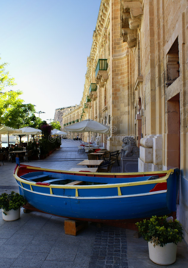 Barco azul em malta foto de stock