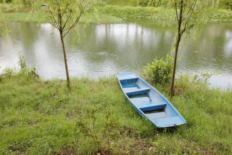 Barco azul en el campus de Xiamen de la universidad de Huaqiao, adobe rgb imagen de archivo libre de regalías