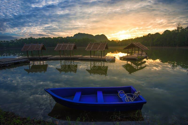 Download Barco Azul En El Lago Hermoso Foto de archivo - Imagen de rafting, paisaje: 100527068