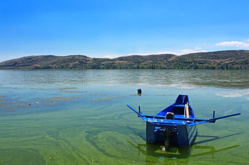 Barco azul pequeno pintado como a bandeira de Grécia imagem de stock royalty free