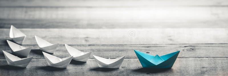 Barco azul que conduz a maneira fotografia de stock royalty free