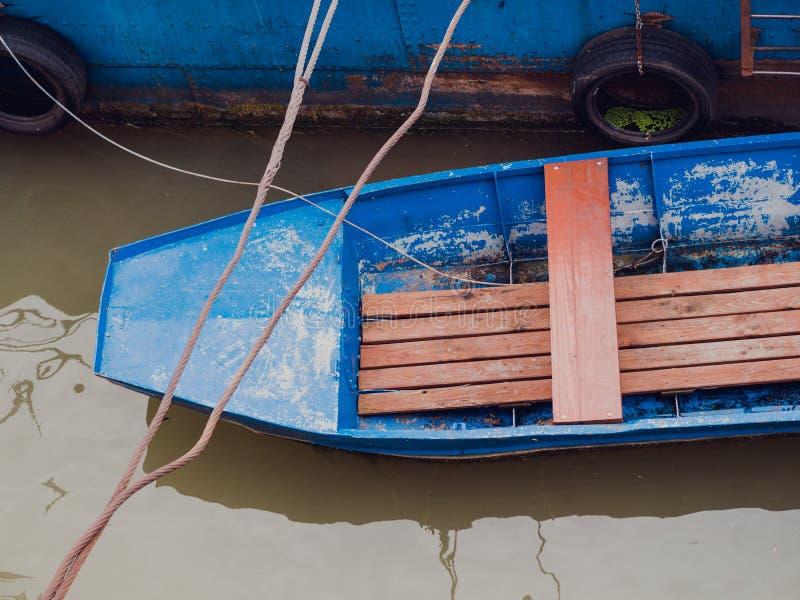 Barco azul viejo del metal atracado imagen de archivo
