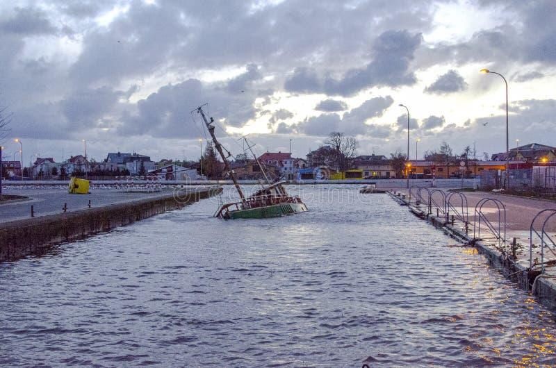 Barco barrenado en puerto imagen de archivo