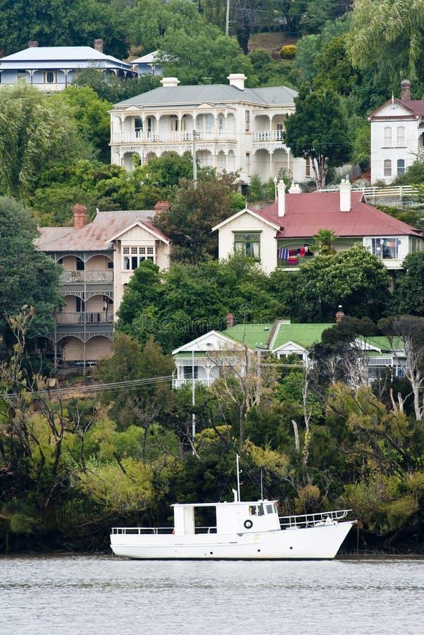 Barco blanco en el río de Tamar, Launceston, Tasmania imágenes de archivo libres de regalías