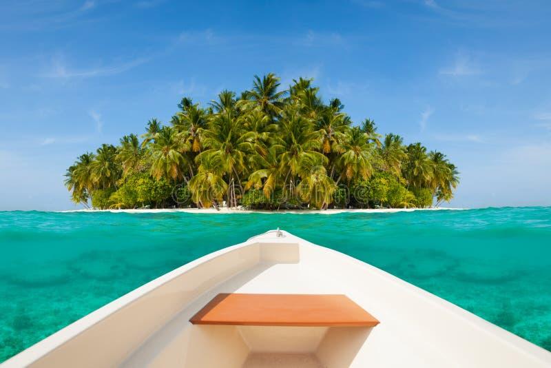 Barco blanco que navega a la isla deshabitada foto de archivo libre de regalías