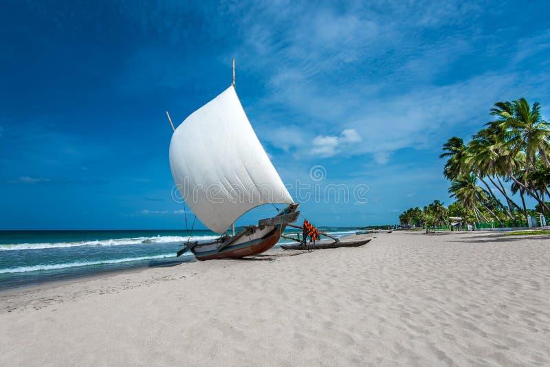 Barco bonito na praia em Trincomalee fotos de stock