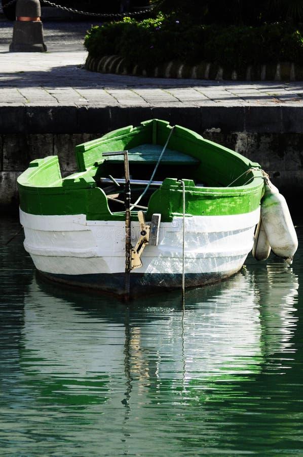 Barco branco e verde fotografia de stock