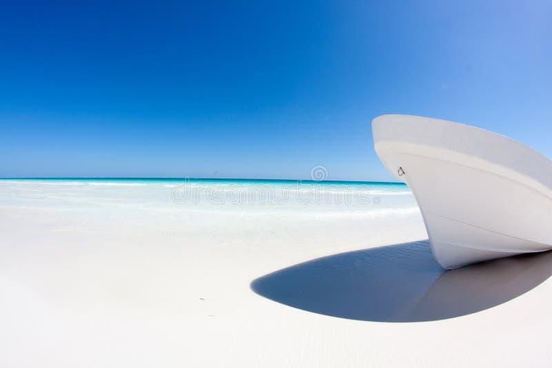 Barco branco em uma praia do Cararibe imagens de stock