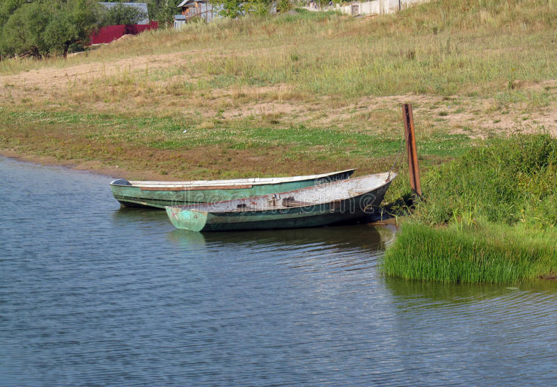 Barco cerca de la orilla foto de archivo libre de regalías