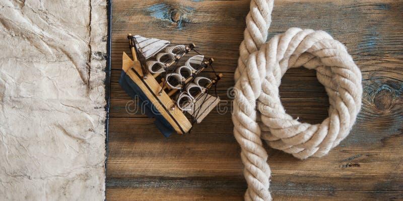 barco clássico velho do papel, do corda e o modelo no fundo de madeira imagem de stock royalty free