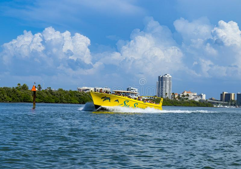 Barco claro Clearwater del horizonte y de la velocidad de la Florida de la playa del agua foto de archivo
