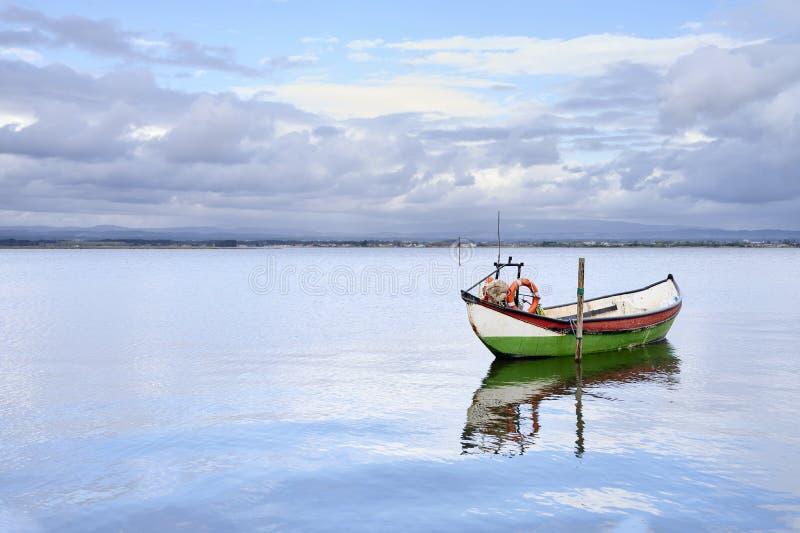 Barco colgado en el medio de ?l lago imagen de archivo