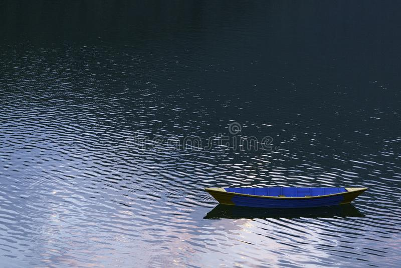 Barco colorido de madeira no lago Phewa fotografia de stock
