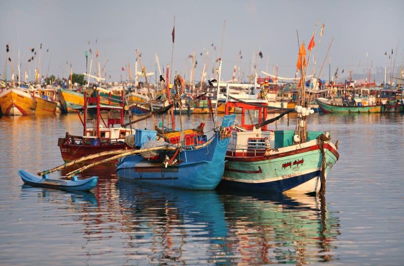 Barco colorido na água fotografia de stock
