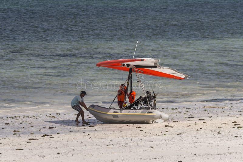 Barco com as asas na praia de Zanzibar imagens de stock royalty free