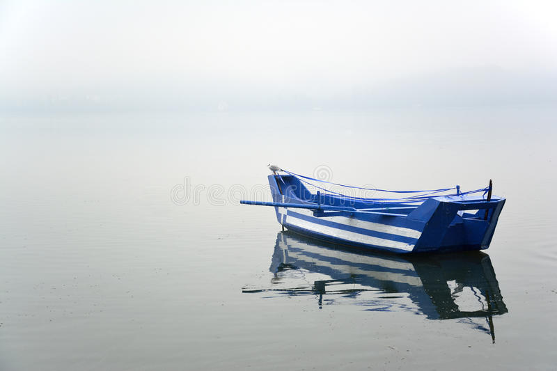 Barco com a bandeira grega pintada nela fotografia de stock