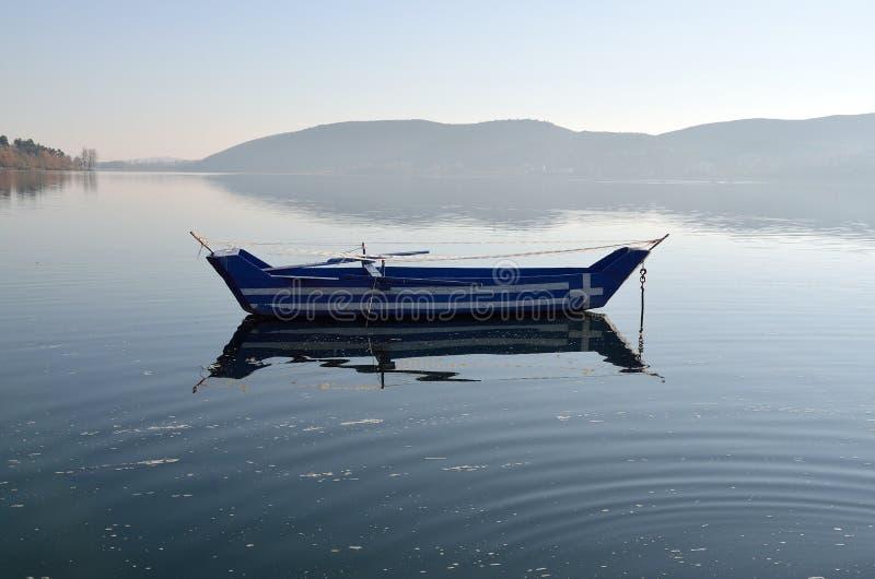 Barco com a bandeira grega pintada nela imagem de stock
