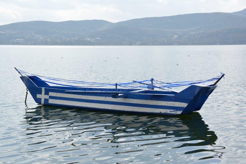 Barco com a bandeira grega pintada nela imagens de stock