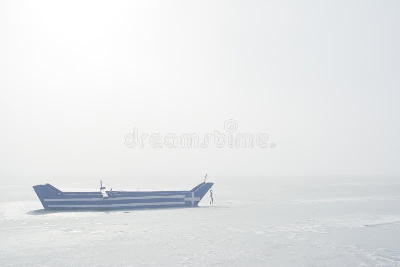 Barco com a bandeira grega pintada nela na manhã enevoada imagem de stock royalty free