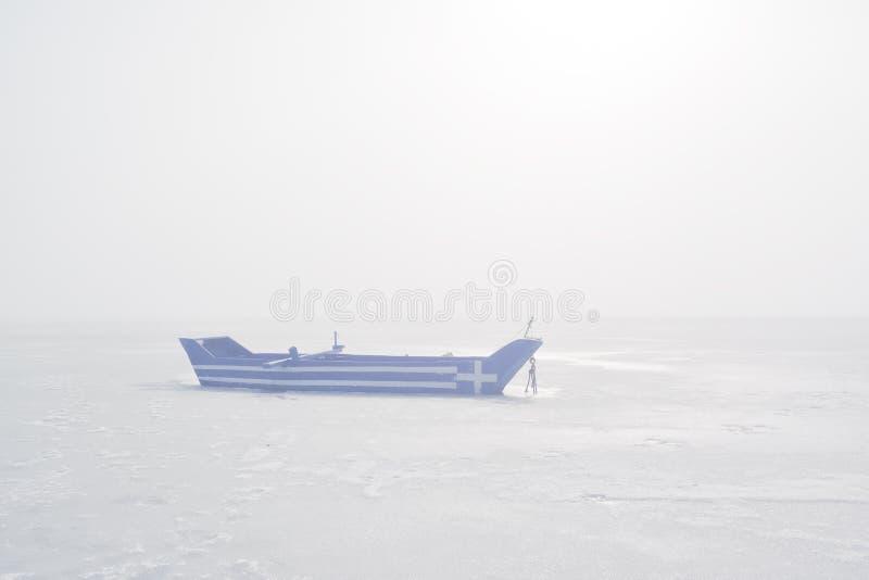Barco com a bandeira grega pintada nela na manhã enevoada fotografia de stock royalty free