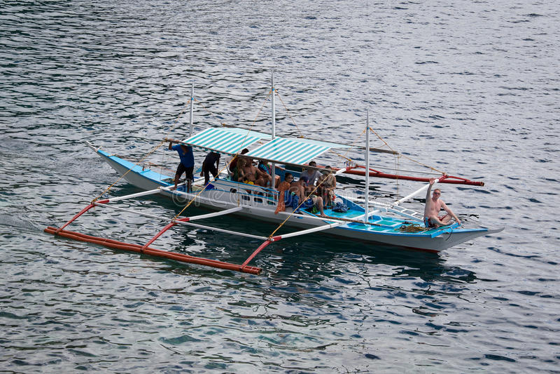 Barco com os turistas a viajar entre as ilhas EL Nido filipinas imagens de stock royalty free