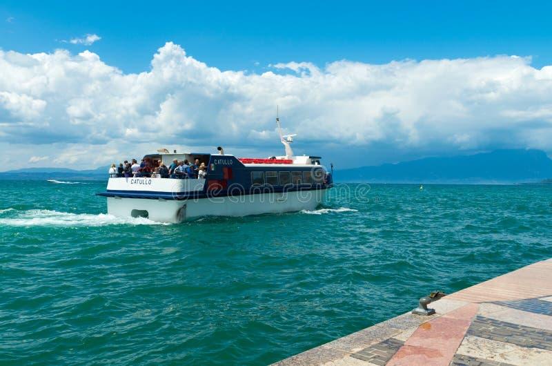 Barco com turistas imagens de stock