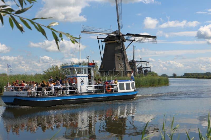 Barco con el kinderdijk de los turistas los Países Bajos fotos de archivo