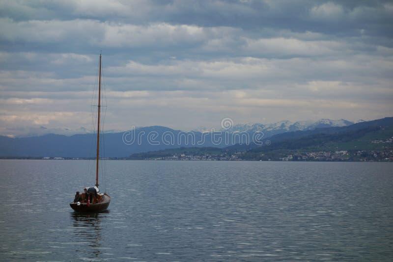 Barco con las montañas imagenes de archivo