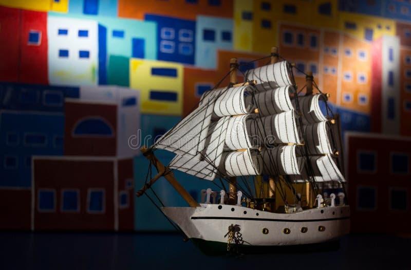 Barco con las velas y el fondo pintado foto de archivo