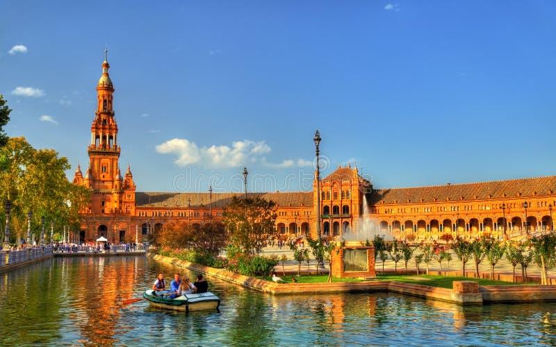 Barco con los turistas en un canal en la plaza de Espana - Sevilla, Andalucía imagen de archivo