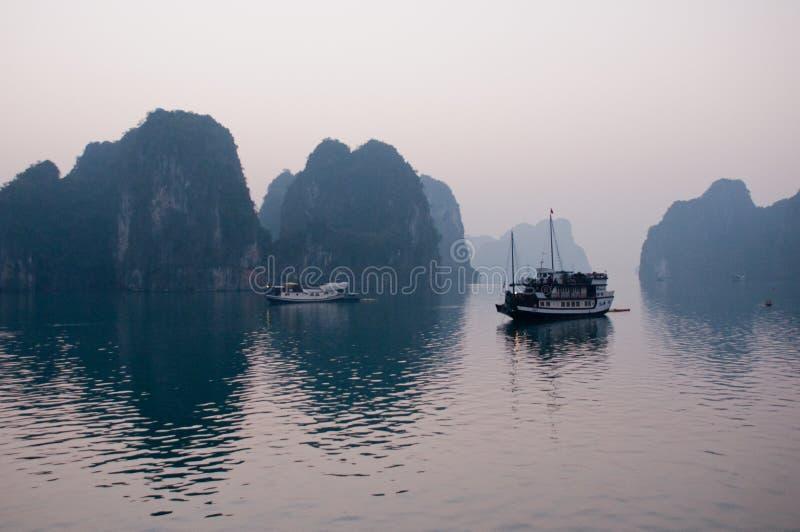Barco da baía de Halong em Vietname imagem de stock