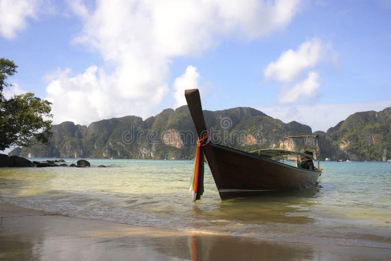 Barco da cauda longa na praia na ilha da phi da phi do koh em Tailândia em Krabi imagens de stock