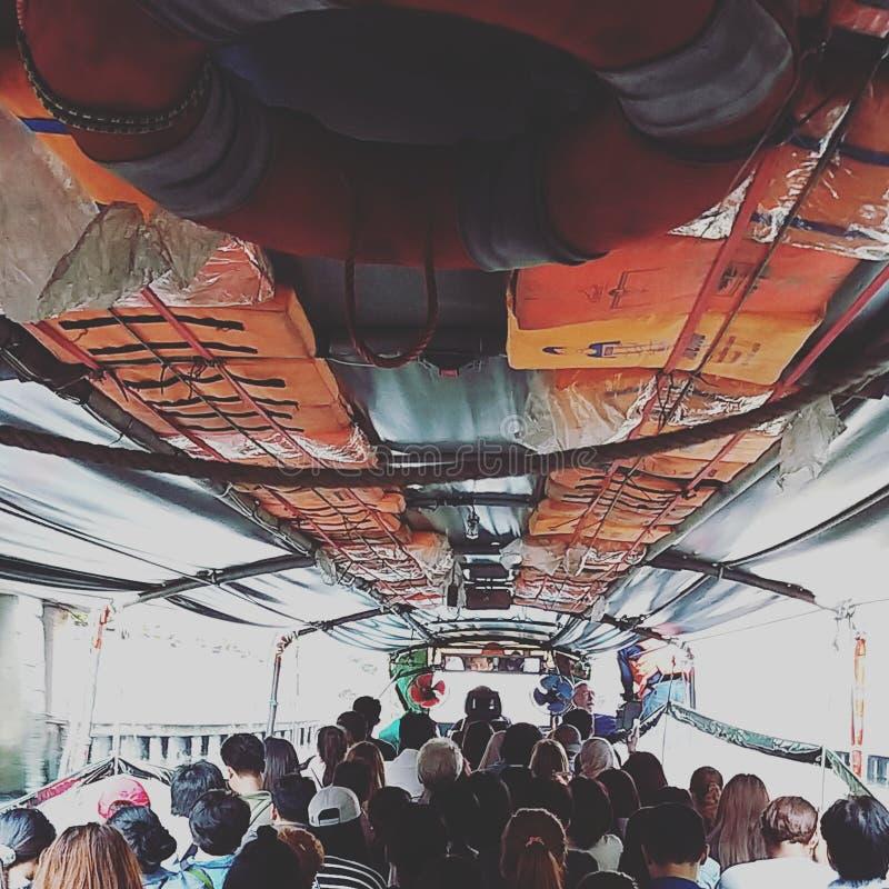 Barco da cauda longa no rio Saensaeb em Banguecoque fotografia de stock