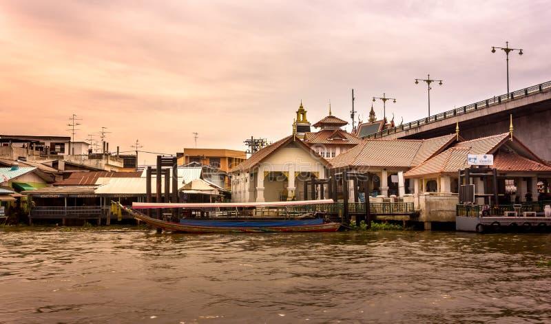 Barco da cauda longa que espera para pegarar passageiros do cais de Pak Kret a Koh Kret foto de stock royalty free