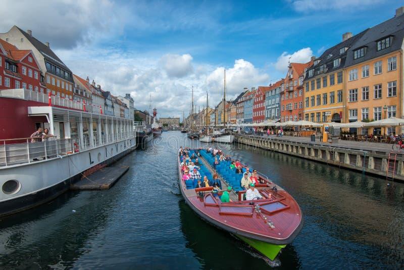 Barco da excursão em Nyhavn, Copenhaga imagens de stock royalty free