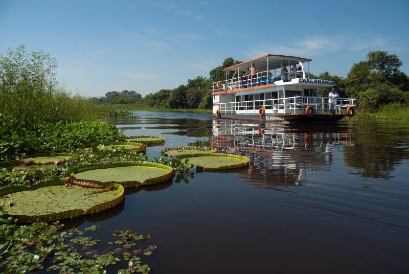 Barco da excursão que visita o rio de Paraguai fotos de stock royalty free