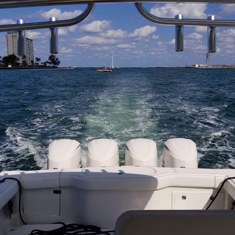 Barco da fonte da calçada da rua do Fort Lauderdale 17o imagens de stock royalty free