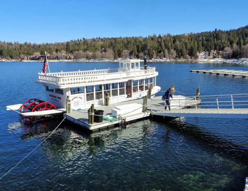 Barco da roda de pás da rainha da seta do lago na doca fotos de stock