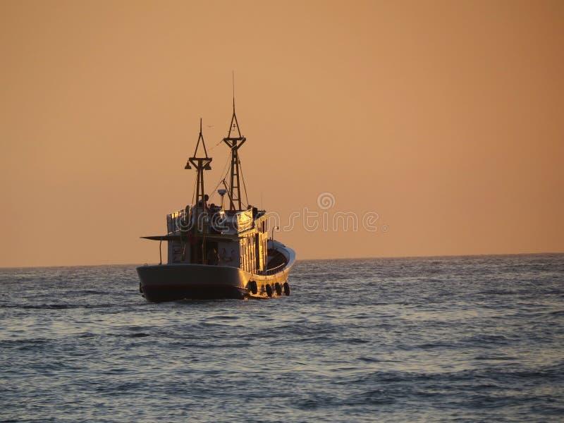 Barco da traineira do lazer no por do sol foto de stock royalty free