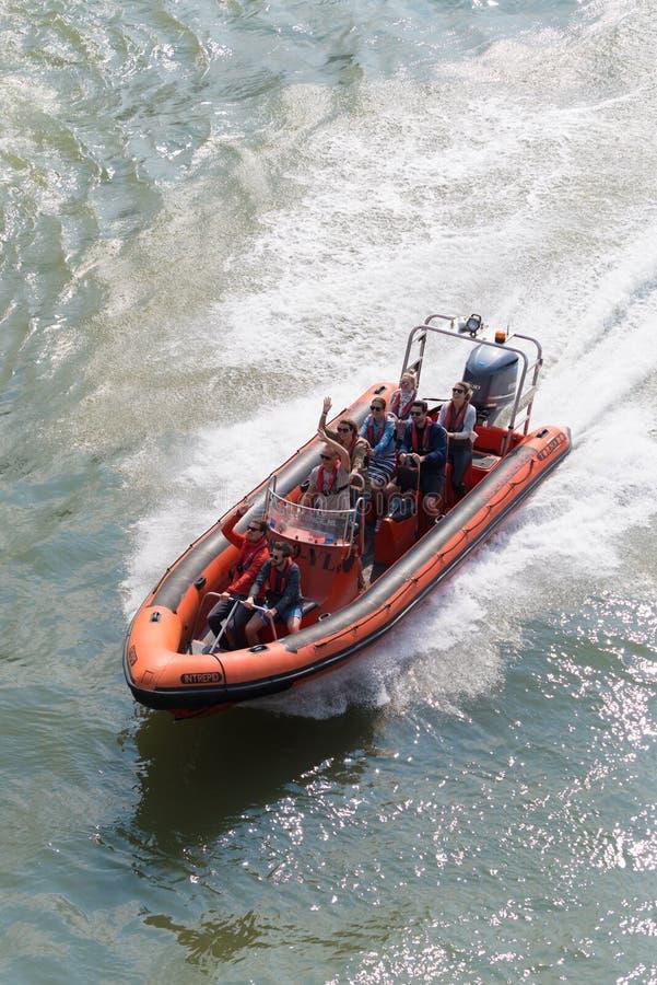 Barco da velocidade com turistas fotos de stock