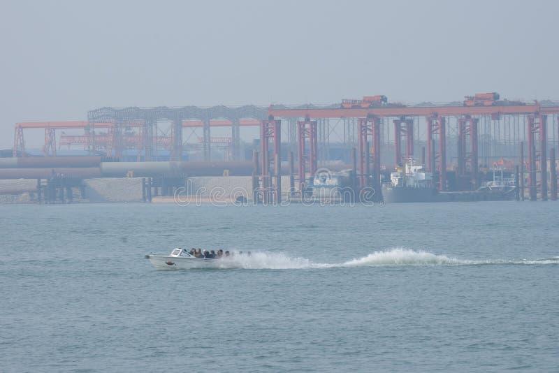 Barco da velocidade em um rio imagens de stock
