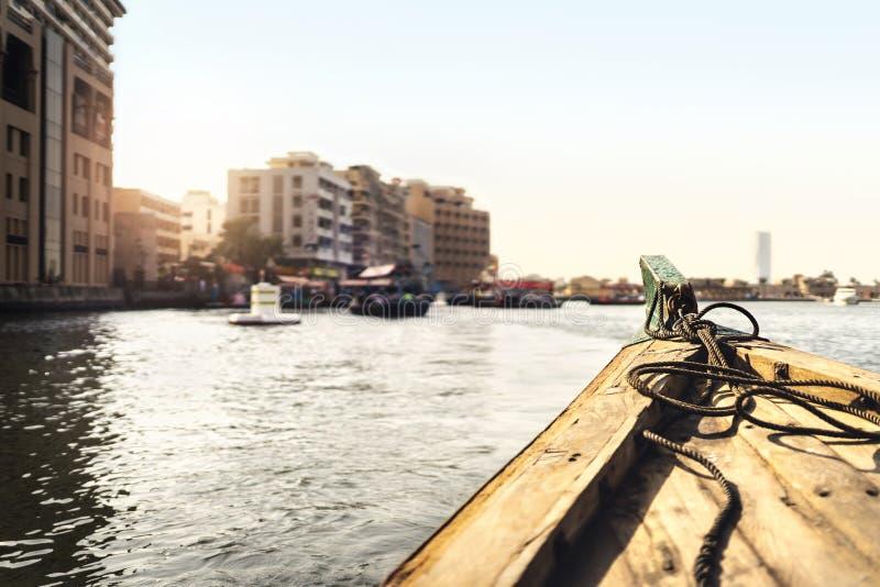 Barco de Abra em Dubai Creek Táxi da água no rio Opinião da cidade do passageiro da balsa tradicional Cruzamento e transporte vel fotografia de stock royalty free