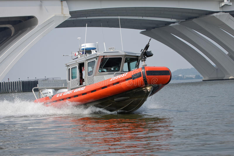 Barco de arma del guardacostas en patrulla foto de archivo libre de regalías