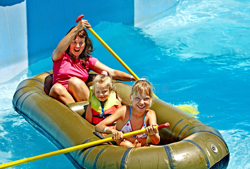 Barco de borracha do passeio da família. fotografia de stock royalty free